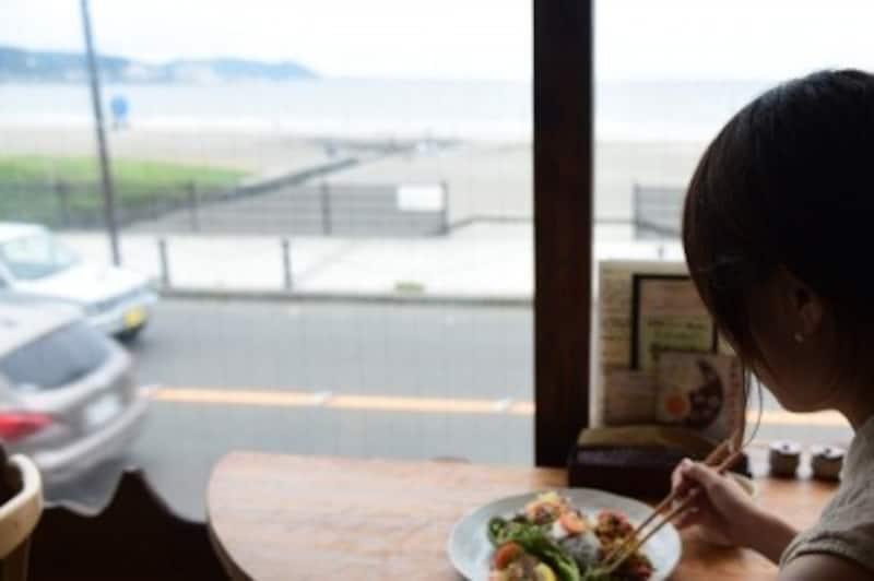 店内から海が見える『Cafe&Bar麻心』