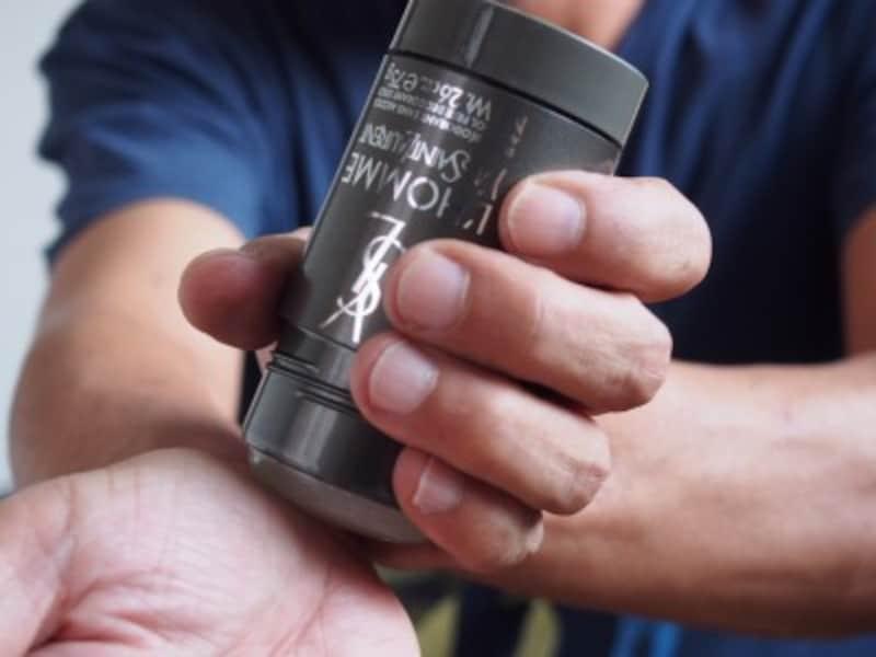 塗る場所は香水と同じように、手首や首筋がおすすめ