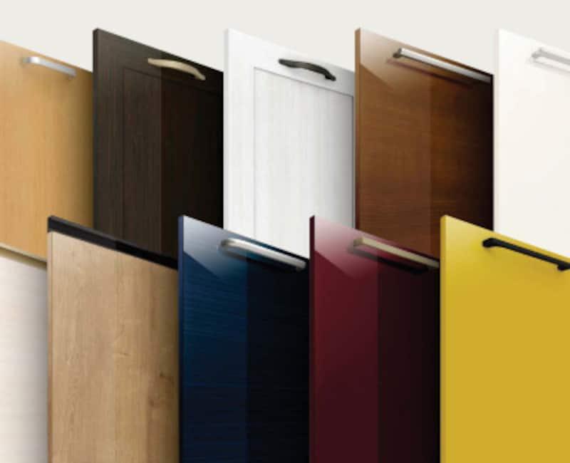 インテリアに溶け込む木目扉、鮮やかな彩りを加える単色扉など、豊富なバリエーションが揃う。取手の組み合わせによって個性的なデザインにも。[アレスタ 扉バリエーション]