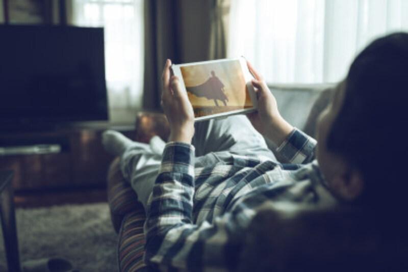一人で映画館に行くのは腰が重い…そんな最新作も「オンライン試写会」でなら自宅で鑑賞できる