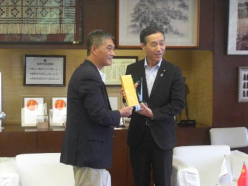 表敬訪問での許氏(左)、右は阿南・別府副市長
