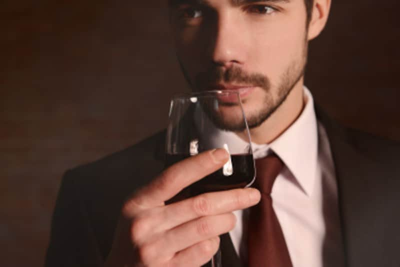 ボルドーのネクタイは、男性にも取り入れやすく、重宝するはず