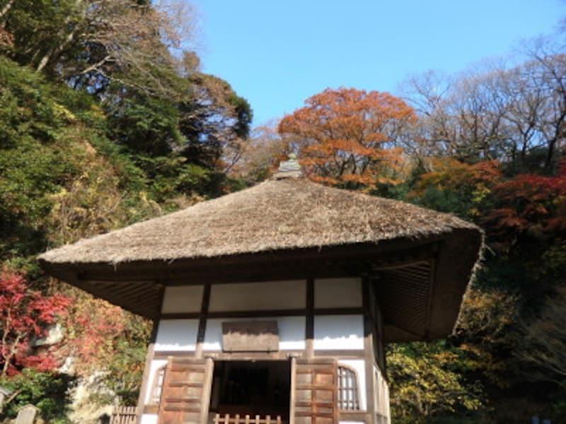 趣ある茅葺き屋根の開山堂