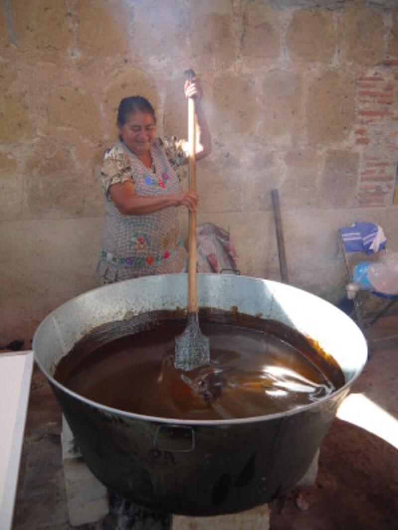 オアハカのお祭りでのモレ作り(画像提供:メキシコ観光佐藤浩子さん)