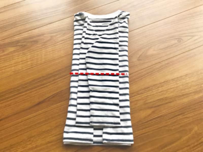 長袖Tシャツのたたみ方・手順5:裾から半分にたたむ