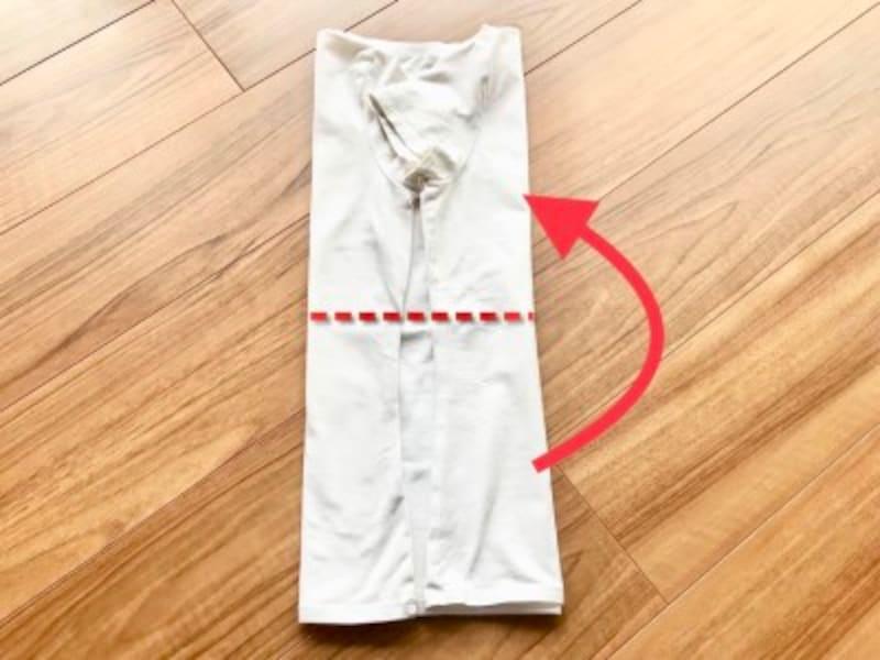 半袖Tシャツのたたみ方・手順3:赤の点線が身丈の約半分の線
