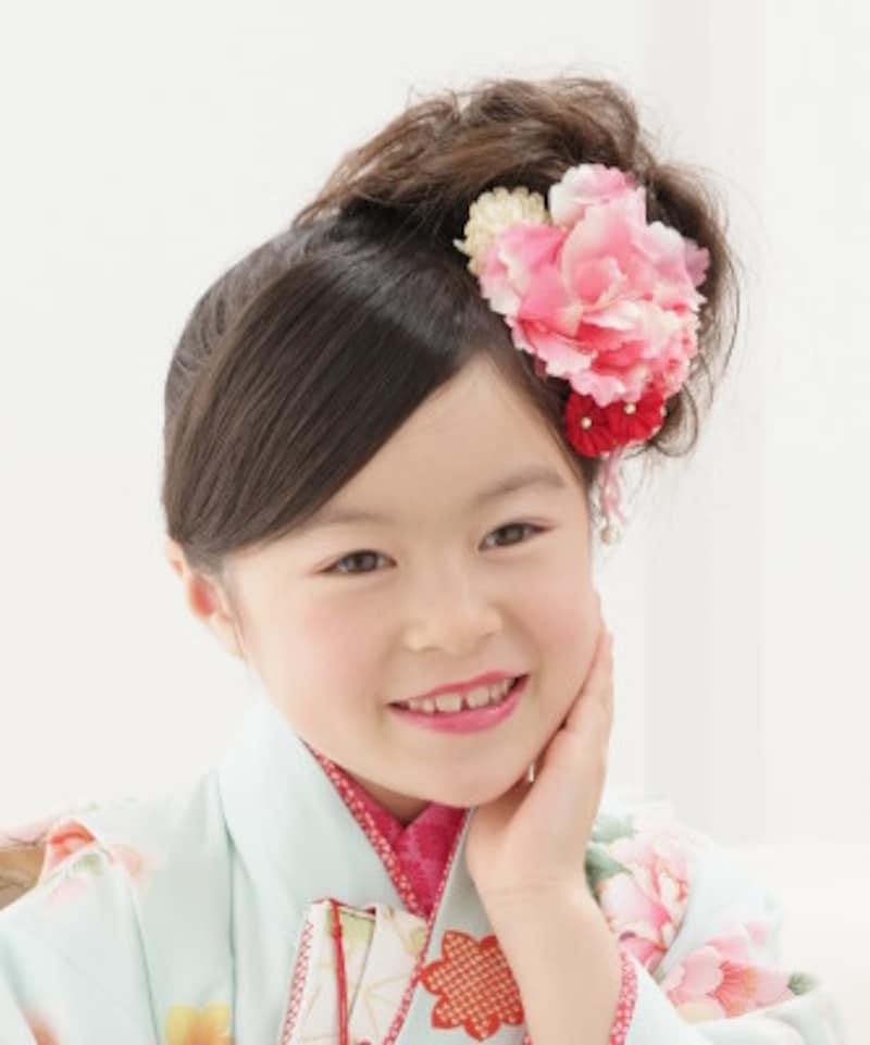 【サイドでまとめるスタイル1】サイドでまとめてボリュームを出すと、華やかな七五三ヘアスタイル・髪型に(7歳女の子)