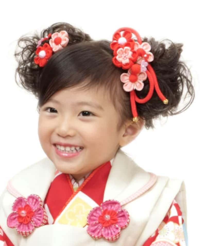 2つ結びのスタイル:着物の色と合わせた髪飾りを付け、2つ結びのキュートな3歳七五三ヘアスタイル・髪型に(3歳女の子)