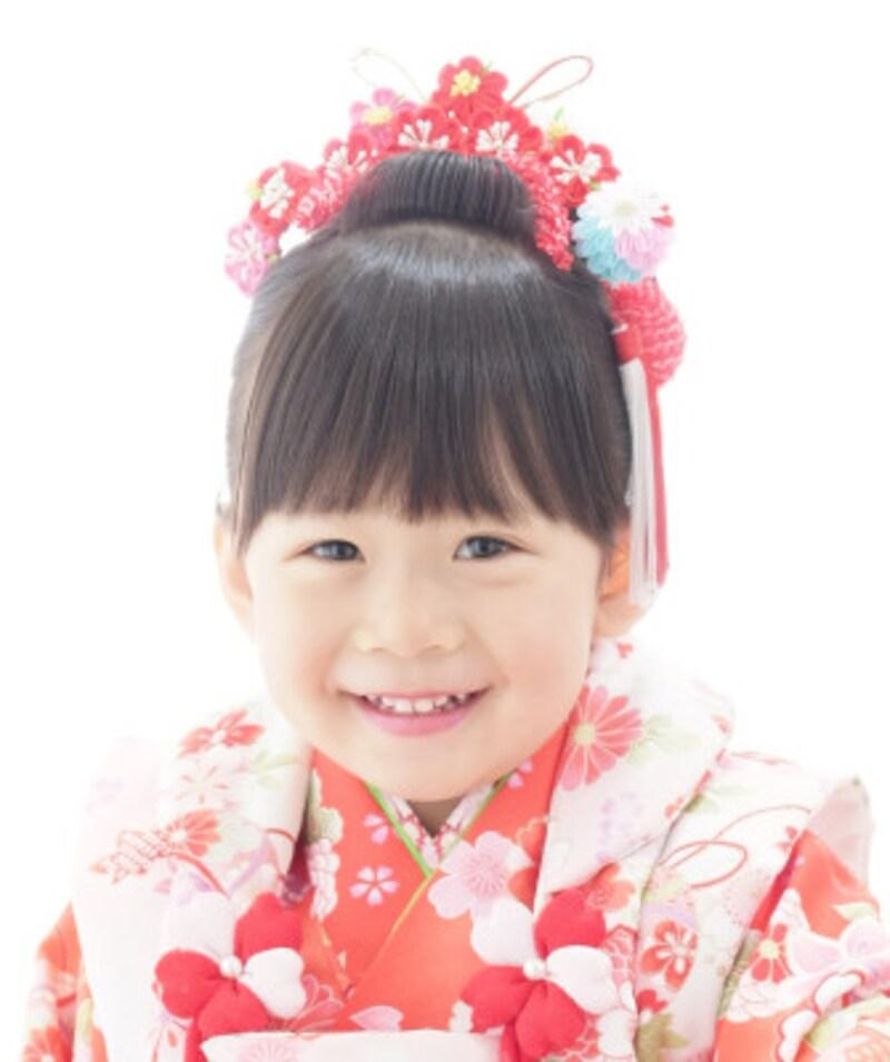 正当派の日本髪:日本髪に合う古典柄の着物には華やかな和花を合わせて(3歳女の子)