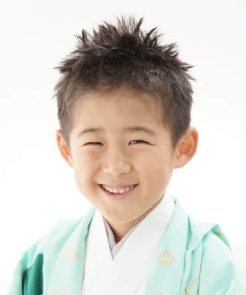 立ち上げスタイル:髪が短い場合は、ワックスを使って髪の毛を全体的に立ち上げる七五三スタイル・髪型が人気(5歳男の子)