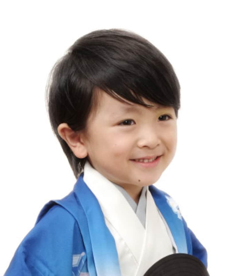 サイドに流すスタイル:髪が長い場合は、前髪を中心にサイド流すと凛々しい雰囲気の七五三髪型ヘアスタイルに(5歳男の子)