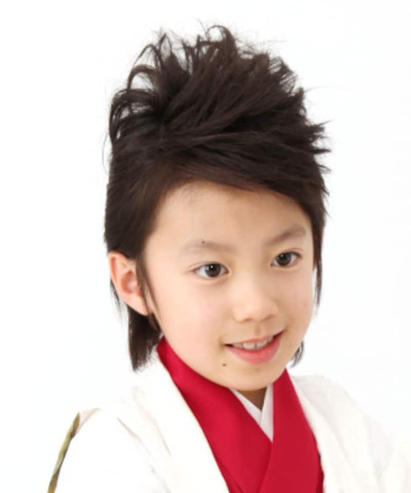 リーゼント風スタイル:髪が長い場合はリーゼント風にして、ワイルドな七五三ヘアスタイル・髪型に(5歳男の子)