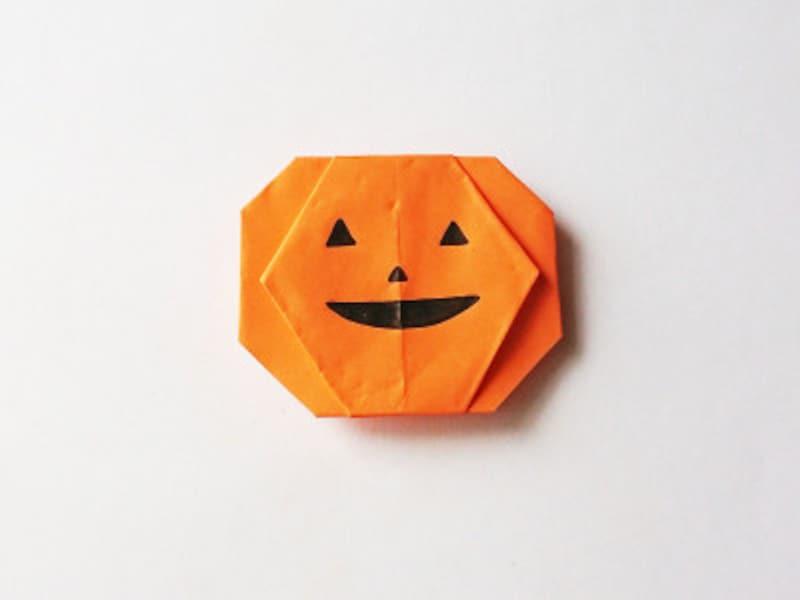 折り紙にペンで顔を描いたら、ハロウィンカボチャおばけの出来上がり!