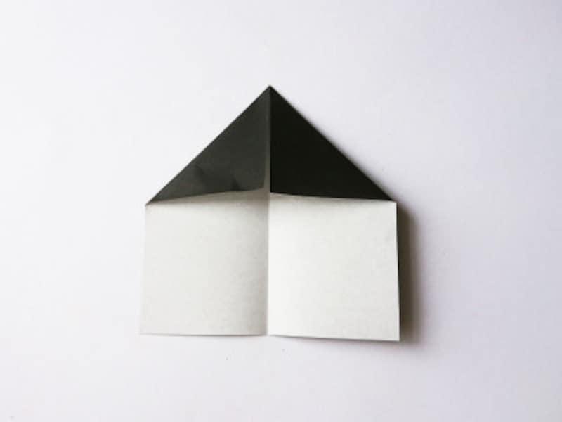 真ん中の線に合わせて折り紙の上部分を折る