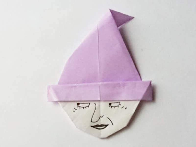 ペンで顔を描いたら折り紙魔女の出来上がり