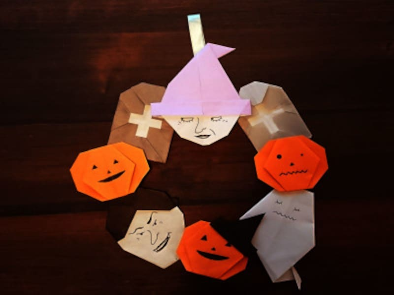 折り紙のキャラクターを貼ってハロウィンリースにする