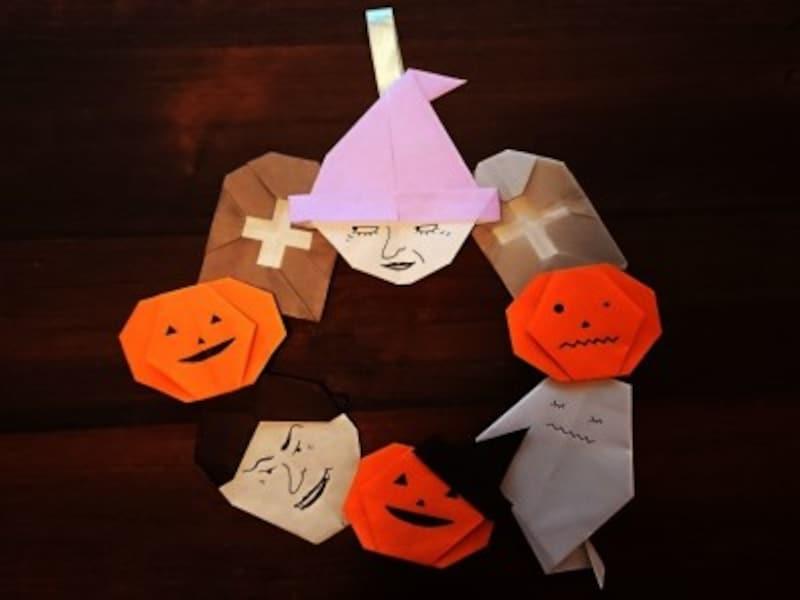 折り紙で作ったカボチャお化け、モンスター、魔女などをつなぎ合わせてリースを作り飾ろう!