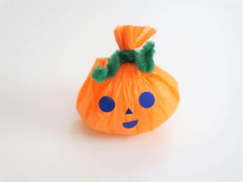 かぼちゃにシールで作った目と鼻と口を貼って、ジャックオーランタンを作りましょう。