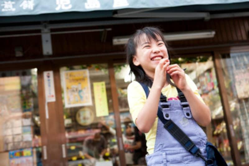 駄菓子屋の前にいる女の子