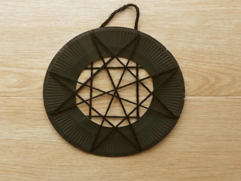 紙皿の後ろで輪っかを作ったら蜘蛛の巣工作の完成