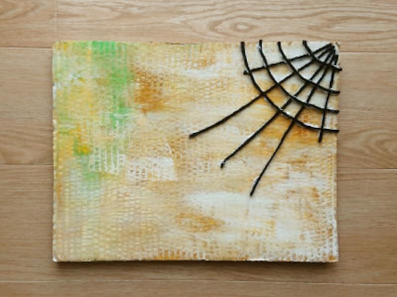 ダンボール板全体に毛糸を貼るよりも、上部の片側に貼ると雰囲気が出る