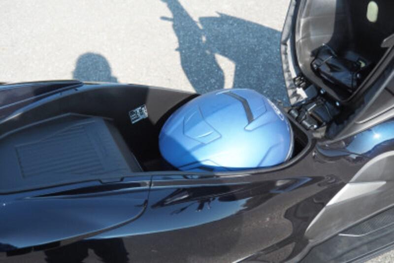 半分になったラゲッジスペース SHOEIのMサイズジェットヘルメットは収納可能だった