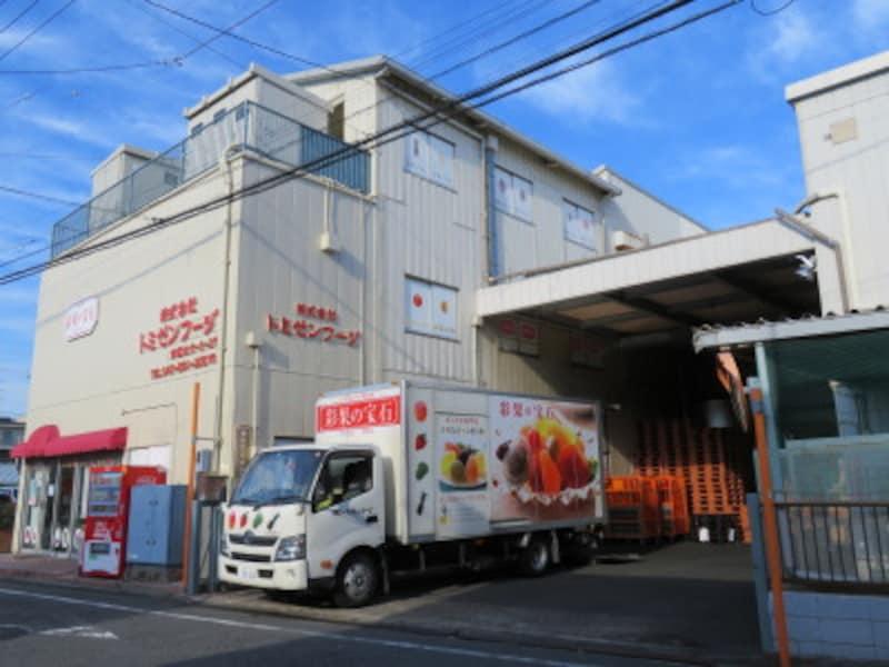 本社工場から「彩果の宝石」を配送するトラック