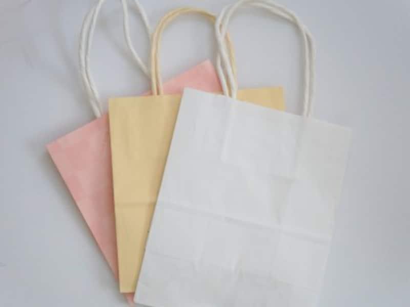 あまり柄の入っていない小さめの紙袋を用意します。