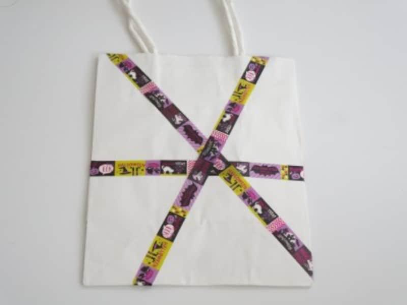 マスキングテープを巻いたりシールを貼ったりして紙袋を飾ります。