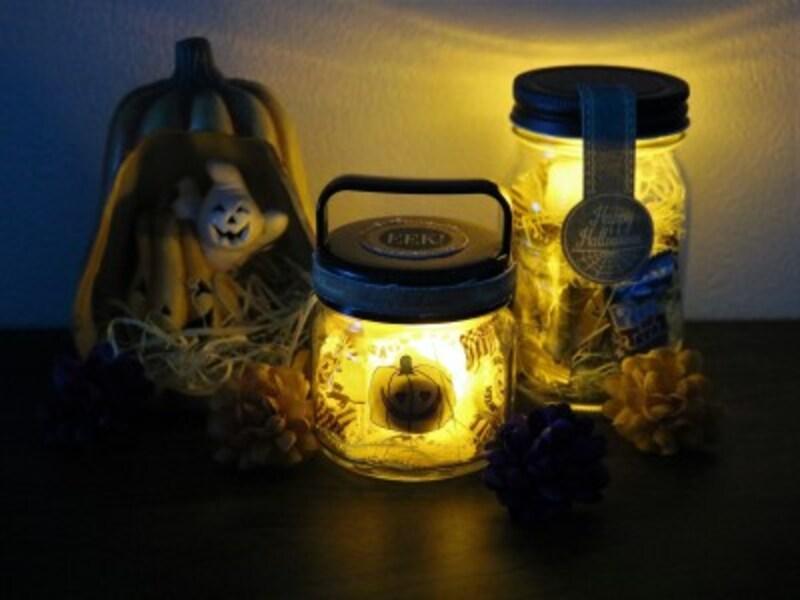 お菓子の瓶の中でライトが怪しく光るハロウィンのランタンラッピング
