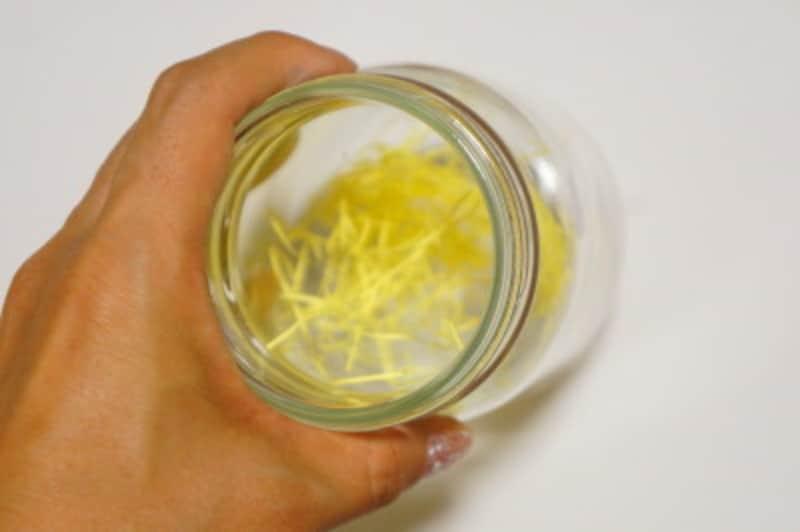 瓶の底に紙パッキンを敷きます。