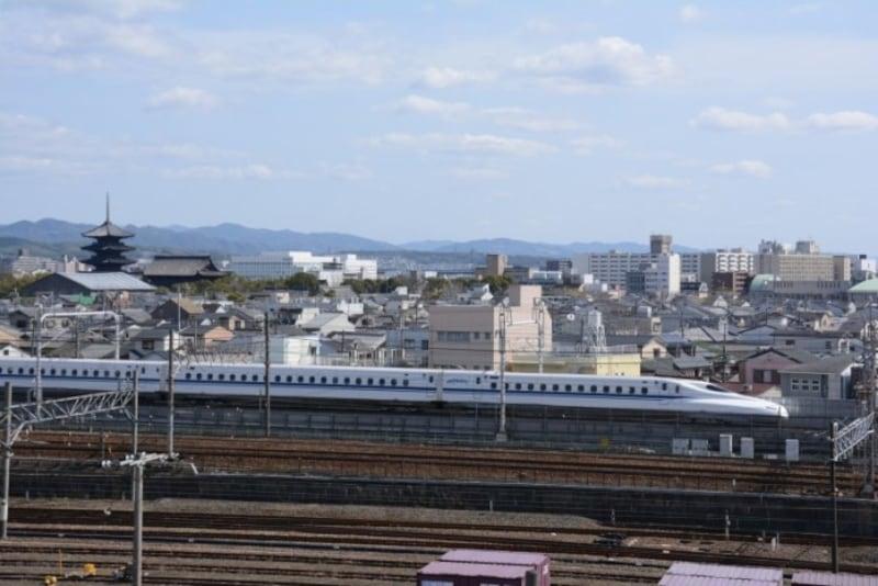 京都付近を走る東海道新幹線