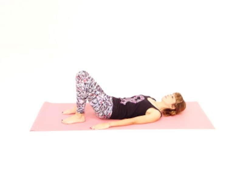 大胆股関節ストレッチ1 仰向けになり膝を立て、ゆっくりと深い呼吸を繰り返します。