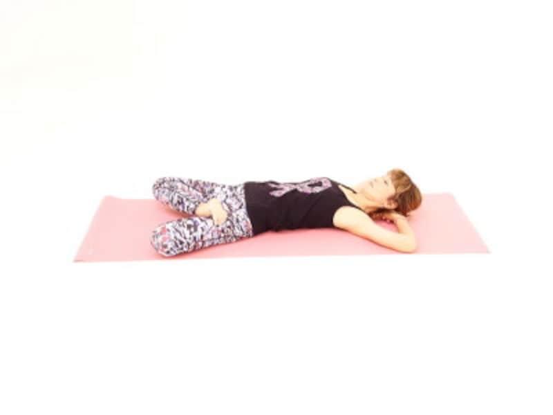 大胆股関節ストレッチ4 右脚を上にしたあぐらをつくり、両手は頭の下に添えて体を開き、呼吸を深めます。