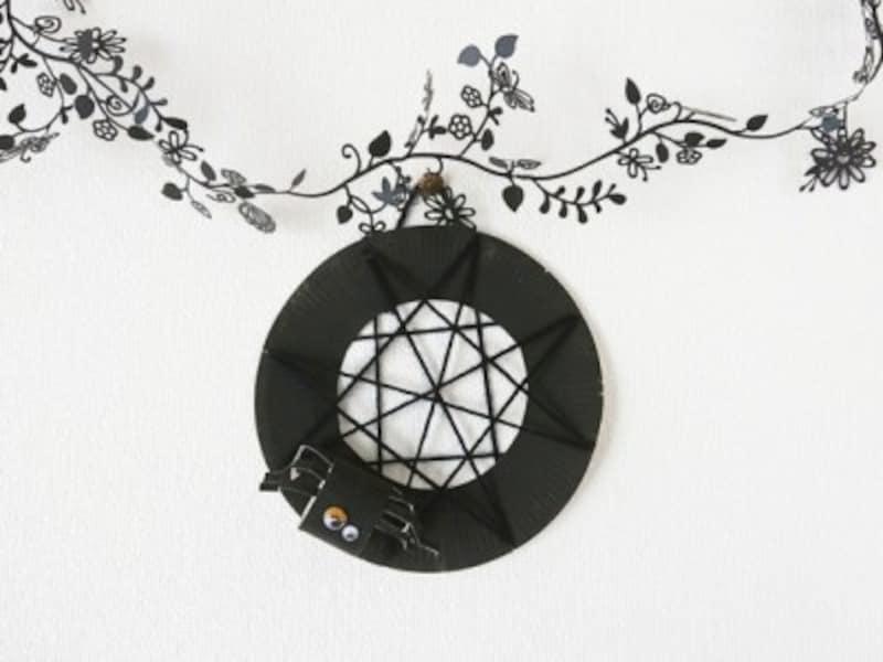 ハロウィン飾りつけ手作り!紙皿と毛糸でクモの巣風の飾り