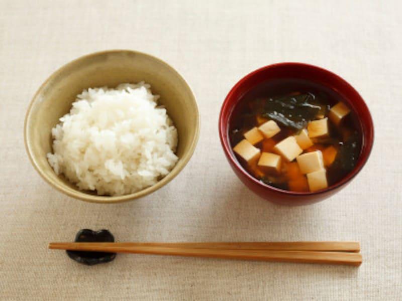 自炊をゆるく続けるコツ:ご飯とお味噌汁という献立は、炭水化物に偏ることや、食べ過ぎを防ぐことができます