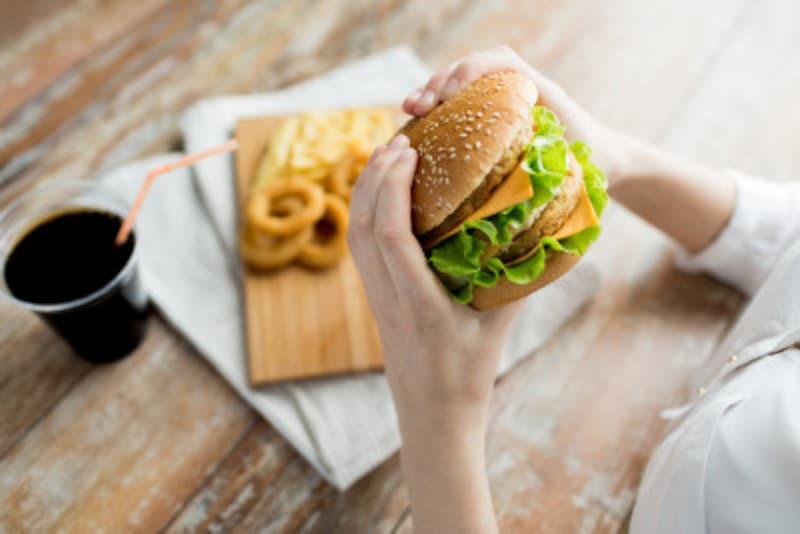 安いファストフードだけ食べ続ければ、たしかに食費は節約できるかもしれませんが……