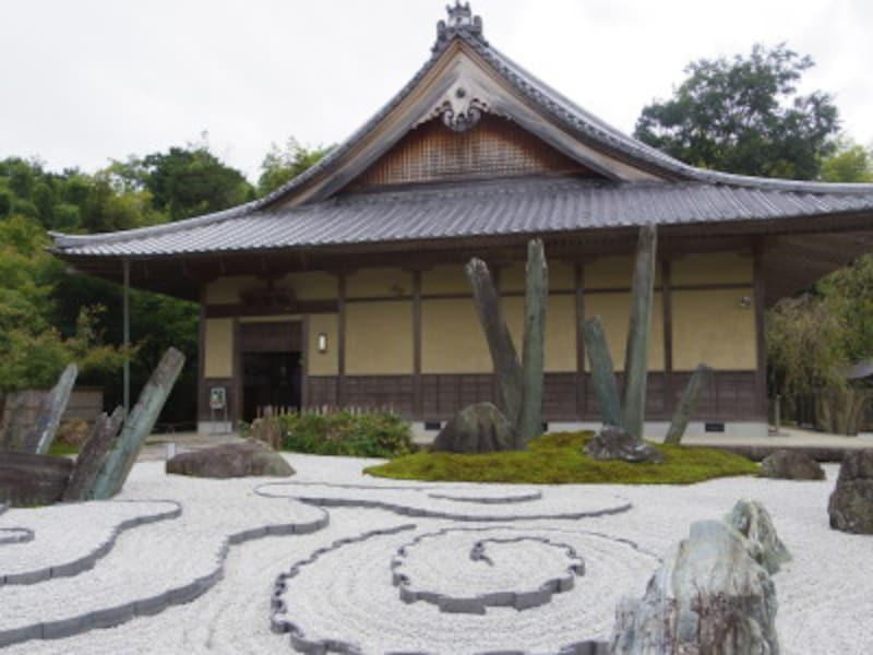 「奔龍庭」の奥に圓光寺の本堂が