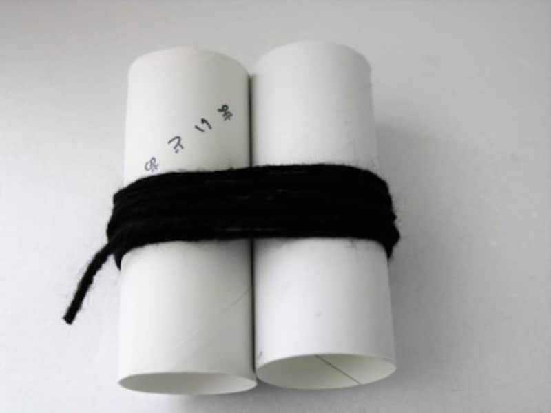 トイレットペーパーの芯を2本並べて毛糸を巻いていきます。