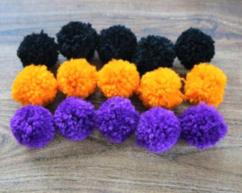 3色の毛糸で5個ずつポンポンを作ります。