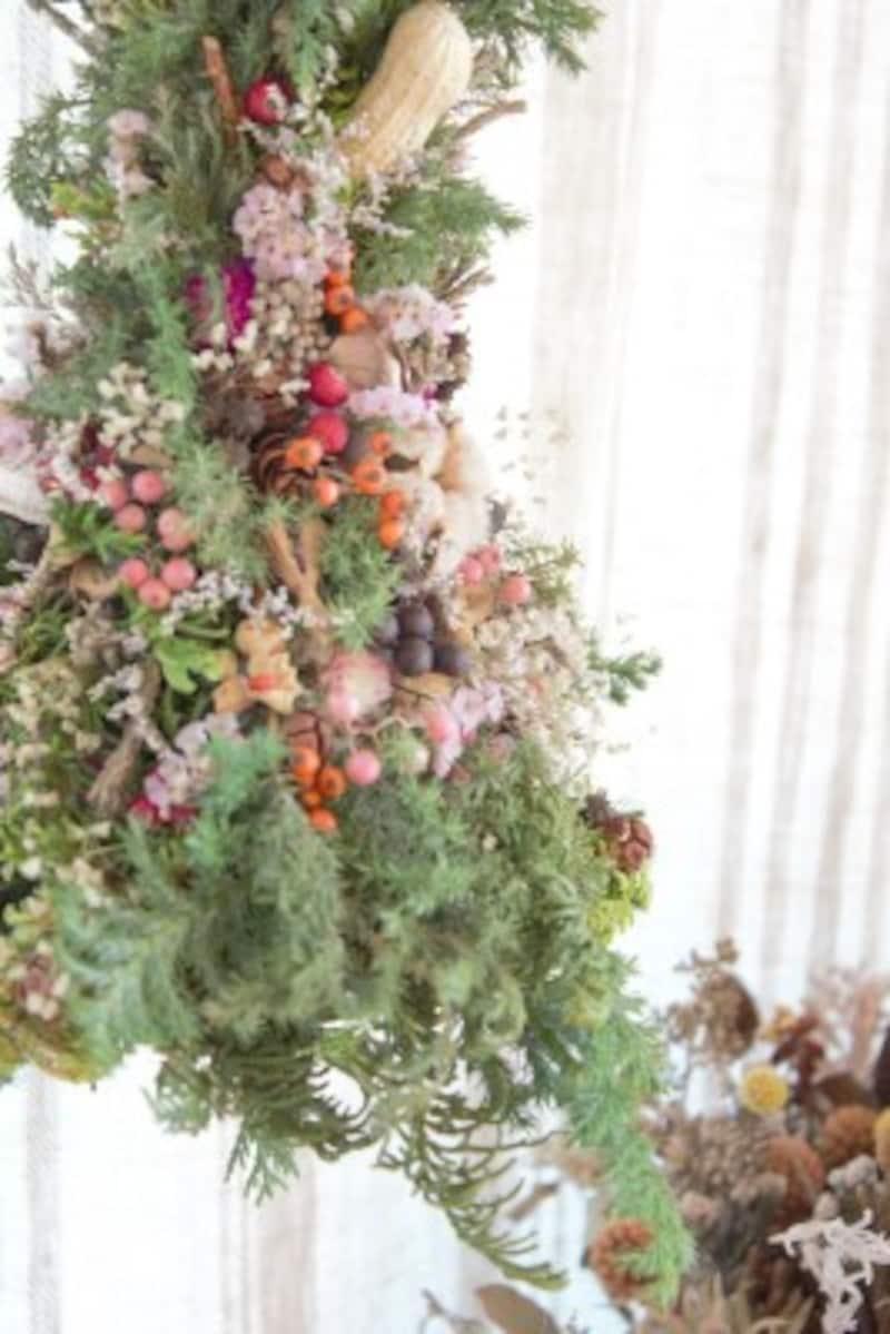 ミニマリストが部屋を快適に保つための方法:イベント雑貨を用いなくても、花で季節感を出すことは可能