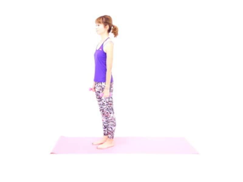 ダンベルスクワット1 ダンベルを両手に持ち、くるぶし→膝横→大転子→肩→耳のラインを一直線に揃え、姿勢を整えましょう。