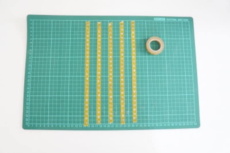 作業台にマスキングテープを貼ります。
