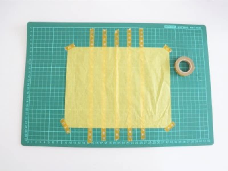 マスキングテープの上にお花紙をのせ動かないように角をテープで固定します。
