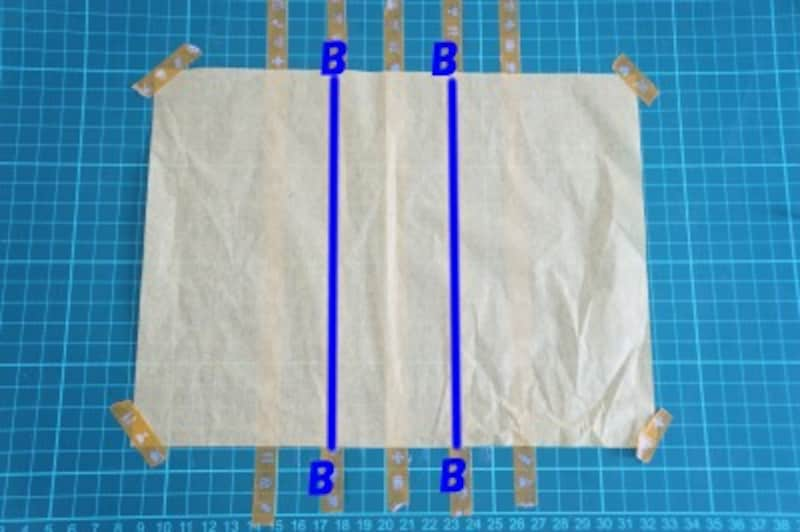 Bのマスキングテープ(2本)の上に糊を塗ります。