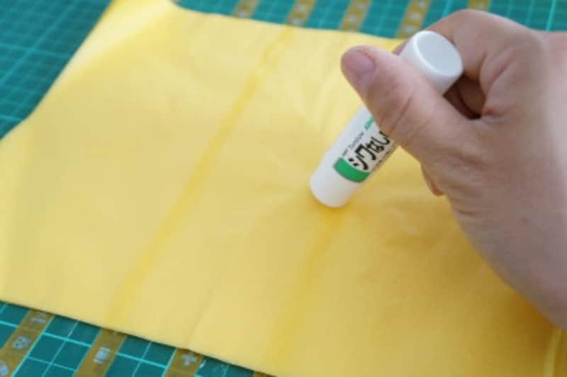 AとB交互に糊を塗りながらお花紙を貼り重ねていきます。