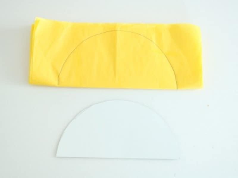 お花紙を横半分に折り厚紙を重ねて縁取りをします。