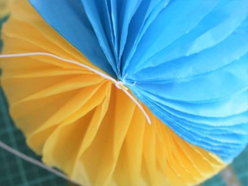 吊るして飾る場合は中心に糸を縫い付けてください。