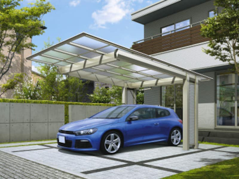 後方に柱を設けることで、車の出し入れもしやすく、モダンなシャープな雰囲気も。1台用2台用が揃う。 [エフルージュEX基本セット51-27H2中帯Z9サイディングSI]YKKAPhttp://www.ykkap.co.jp/