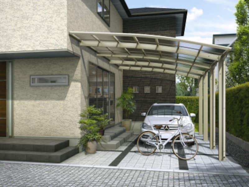 狭小地、変形敷地などに対応した、壁付専用カーポート。カーポートと家の間に雨や風が入らないのも魅力。[レイナベーカポートグラン50(基本+ハーフ)セット:J51・14-39H屋根ふき材:熱線遮断ポリカ(クリアマット)H2]  YKKAPhttp://www.ykkap.co.jp/